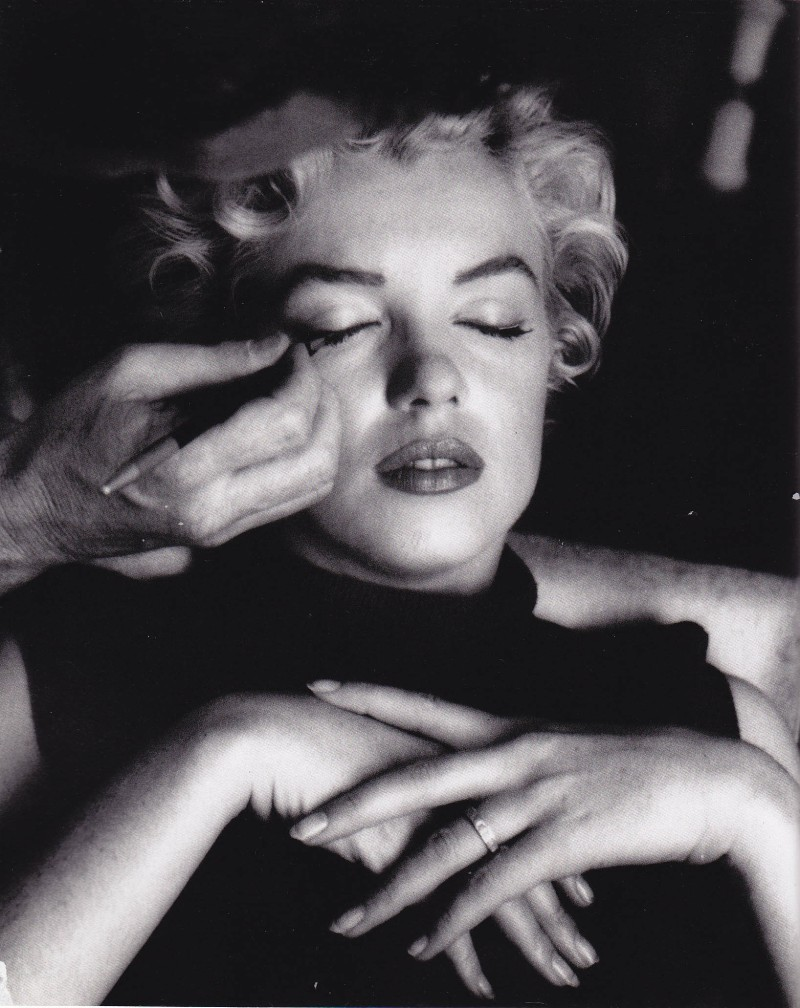 Marilyn Monroe, Whitey putting on makeup