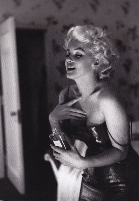 Marilyn Monroe, Chanel No 5, floral wallpaper