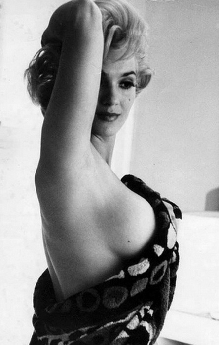 Marilyn Monroe, pin up, in a towel